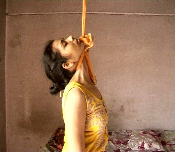 Голая женщина задрыгалась в петле, фото групповуха порно